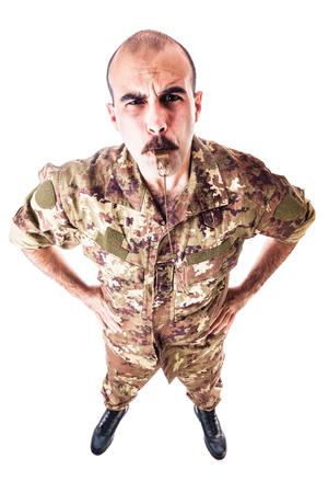 un soldado o sargento soplando un silbato aislada sobre un fondo blanco