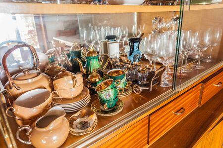 material de vidrio: fine glassware including glasses and tea cups in a cabinet Foto de archivo