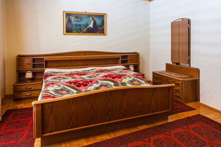 bedspread: a bedroom with old furniture that should be renovated Stock Photo