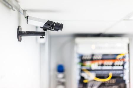 meseros: una cámara de vigilancia de seguridad CCTV en una sala de servidores Foto de archivo