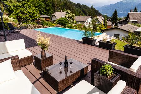 een luxe lounge op het zwembad van een mooi groot zwembad