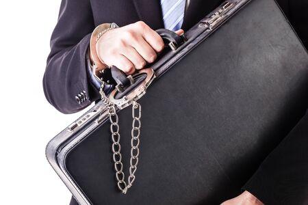 Homme d'affaires, vêtu d'un costume avec une valise sécurisée, attaché avec des menottes isolé sur fond blanc Banque d'images