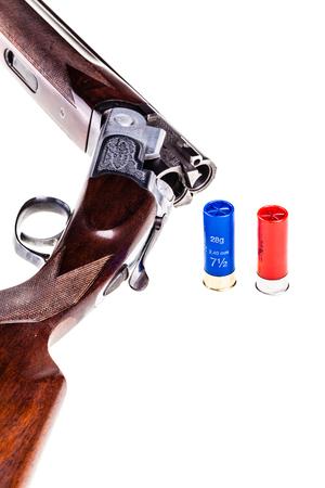 古典的な上垂直方向の砲尾の詳細-白地に分離された二重銃身散弾銃の下で 写真素材
