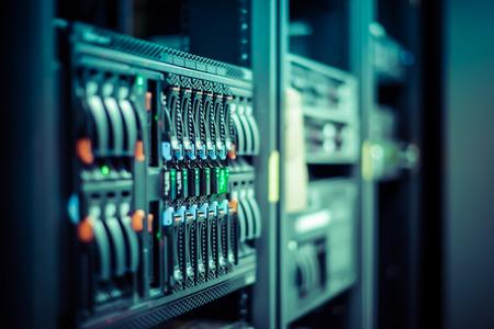 Network servers in een datacenter. Ondiepe scherptediepte