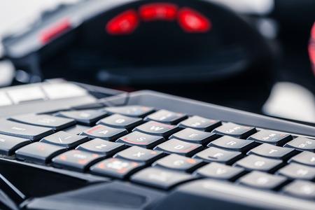 ゲーミング キーボード、マウスとヘッドセットの暗い反射表面上のショット