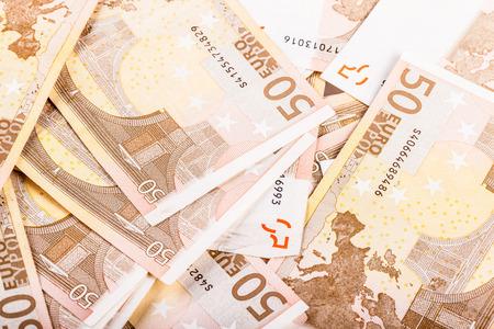 Ein großer Haufen von fünfzig Euro-Banknoten auf einem Tisch verteilt Standard-Bild - 73597621