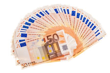 Ein Fan oder Halbkreis von fünfzig Euro-Banknoten einen weißen Hintergrund isoliert Standard-Bild - 73597632