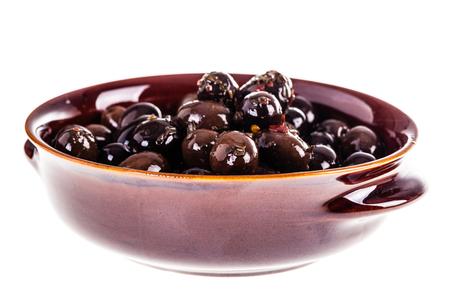 Eine Schüssel schwarze und braune konservierte Oliven getrennt über einem weißen Hintergrund Standard-Bild - 73598569