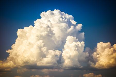 Eine große und flaumige Cumulonimbuswolke im blauen Himmel Standard-Bild - 73191356