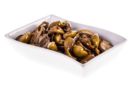 Eine Schale konservierte Vorspeise der grünen Oliven getrennt über einem weißen Hintergrund Standard-Bild - 73598575
