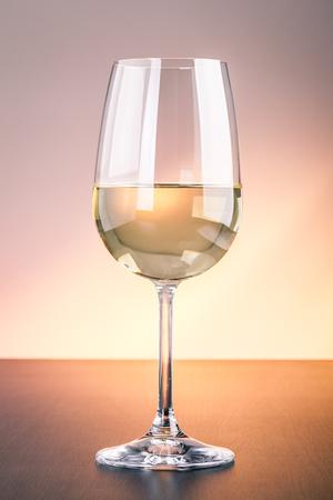 Ein Glas Rotwein auf einer Holzoberfläche vor einem getönten Hintergrund Standard-Bild - 73321004