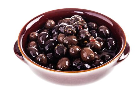 Eine Schale mit schwarzen und braunen konserviert Oliven über einem weißen Hintergrund Standard-Bild - 73217032