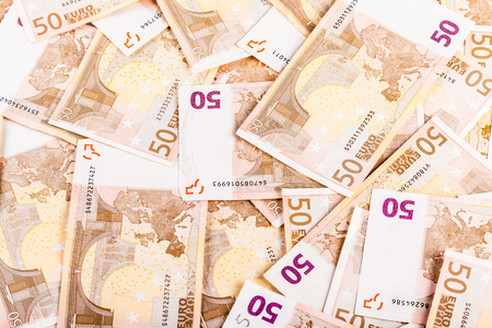 Ein großer Haufen von fünfzig Euro-Banknoten auf einem Tisch verteilt Standard-Bild - 73519695