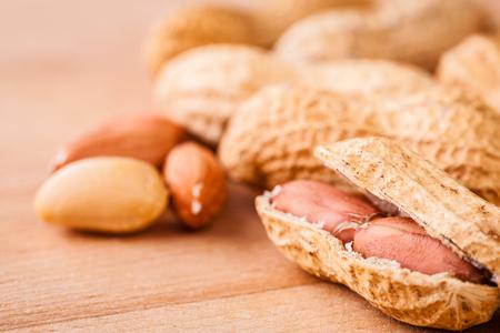 Ein Bündel reife Erdnüsse auf einem hölzernen Schneidebrett Standard-Bild - 73599430