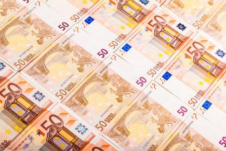 50 Euro-Banknoten nebeneinander auf einer ebenen Fläche Standard-Bild - 73599431