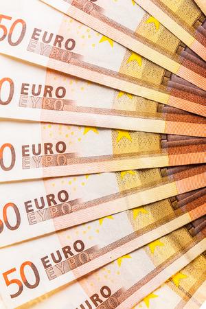 Ein Fan oder Halbkreis aus fünfzig Euro-Banknoten gleichmäßig verbreitet Standard-Bild - 73248719