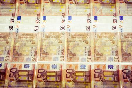 Eine Menge von fünfzig Euro-Banknoten, die nebeneinander auf einer ebenen Fläche Standard-Bild - 73599437