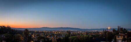 Vista panorámica de la salida del sol en Silicon Valley, San José