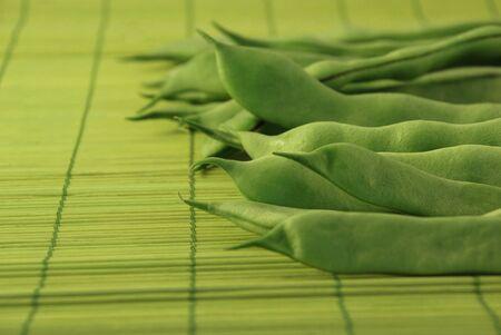 green beans: Las jud�as verdes en un bamb�