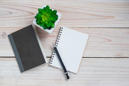 Büro-Schreibtisch-Tabelle mit Notizpapier und Blume. Ansicht von oben mit Kopie Raum