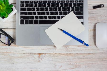 papel de notas: mesa de oficina, lugar de trabajo, gafas de ordenador port�til y el papel de nota sobre la mesa de madera Foto de archivo