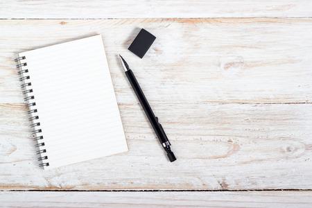 papel de notas: la apertura de nota de papel y lápiz sobre madera de textura de fondo con copia espacio