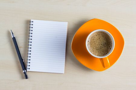 lapiz y papel: Office table with notepad and coffee cup. View from above with copy space