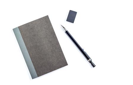 kugelschreiber: Schwarzes Papier Notizblock mit Bleistift. Isoliert auf weißem Hintergrund