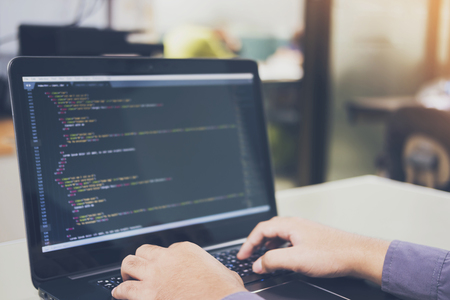 Développement de technologies de programmation et de codage sur blanc de bureau, conception de site Web, programmeur travaillant dans un bureau d'entreprise de développement de logiciel, centre de traitement de données, salle de serveurs Banque d'images
