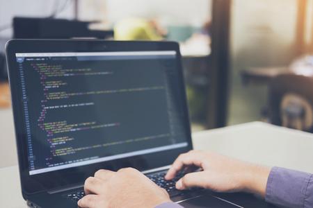 Desarrollo de tecnologías de programación y codificación en blanco de escritorio, diseño de sitios web, programador que trabaja en una oficina de empresa de desarrollo de software, centro de procesamiento de datos, sala de servidores Foto de archivo