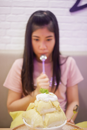 Bingsu Durian with Durian ice cream and Whipped cream served with condensed milk Foto de archivo