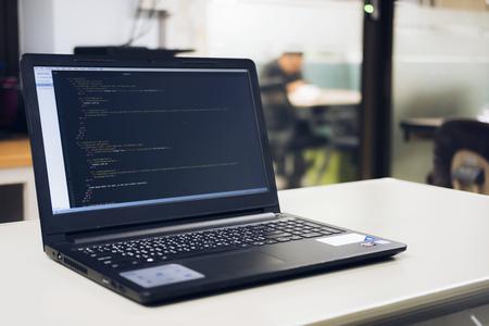 机の上にプログラミングとコーディング技術を開発し、Webサイトの設計、ソフトウェア開発会社オフィス、データ処理センター、サーバールームで働くプログラマー