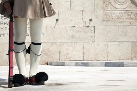 syntagma: Dettagli dal costume tradizionale di una guardia presidenziale di Atene