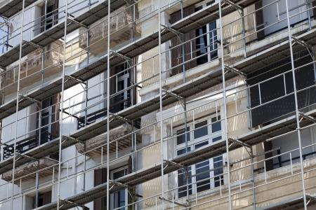 Renovación de las viejas casas con andamios