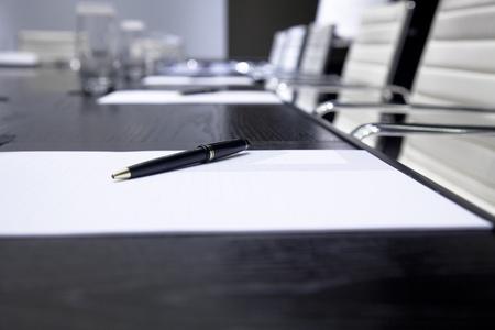 黒と白の色調で装飾された部屋インテリア テーブル、椅子、ブロック ノートの raw での会議