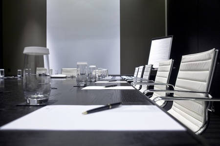 sala de reuniões: Meeting room interior with table, raw of chairs and block-notes,decorated in black and white tones