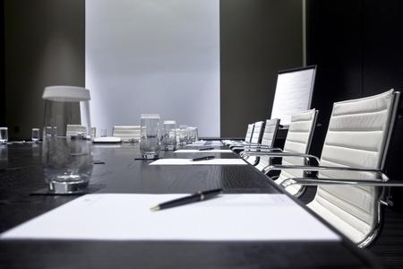 Reunión Interior de la habitación con mesa, sillas y primas de las notas de bloque, decorado en tonos blanco y negro Foto de archivo