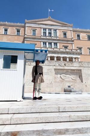 syntagma: Atene, Grecia - 23 luglio: Evzones (le guardie presidenziali) veglia il monumento del Milite Ignoto di fronte al Palazzo del Parlamento greco alla piazza Syntagma, il 23 luglio 2010 a Atene, Grecia. Evzoni, � il nome della storica unit� di elite montagna Editoriali