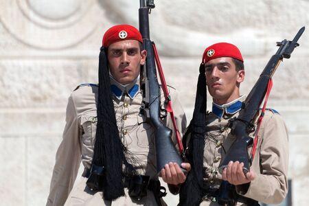 syntagma: ATENE, GRECIA - 23 luglio: Evzones (guardie presidenziali) vigila sul monumento del Milite Ignoto di fronte al Palazzo del Parlamento greco a piazza Syntagma il 23 luglio 2010 ad Atene, in Grecia. Evzoni, � il nome della storica unit� di elite montagna