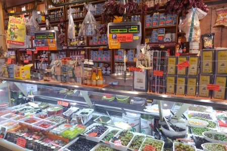 BARCELLONA, SPAGNA - 14 aprile: turisti negozio famoso mercato di La Boqueria, il 14 aprile 2012 a Barcellona, ??Spagna. Uno dei più antichi mercati in Europa che ancora esistono. Fondata 1217. Editoriali