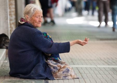 crisis economica: SAL�NICA, GRECIA - 28 DE JUNIO: El n�mero de mendigos en la ciudad ha aumentado de forma espectacular. La crisis econ�mica ha afectado a las personas de edad el 28 de junio de 2011 en Sal�nica, Grecia