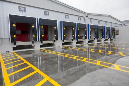 edificio industrial: Cargando puertas de carga del muelle en gran almacén