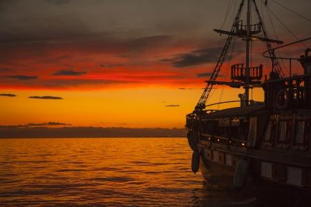 テッサロニキ - ギリシャの夕日港の近くの古いファッション帆ボート