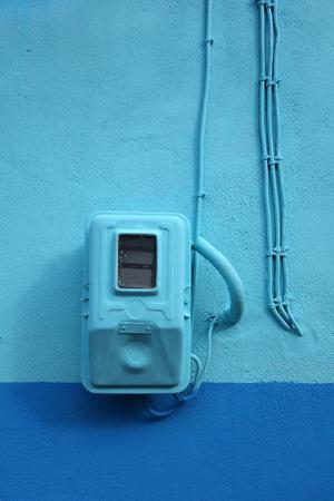 delincuencia: Medidor de electricidad pintado de azul en armon�a con la pared en Grecia Foto de archivo