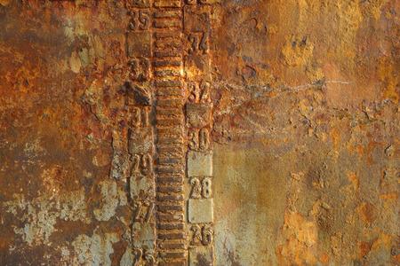 wasserlinie: Rusty stehlen Textur eines verlassenen Tanker Schiff Nahaufnahme. Waterline und Tiefgangsma�nahme