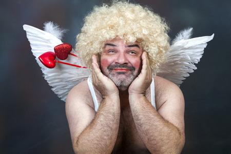 Vet bebaarde volwassen harige Cupido met boog en pijl hart.