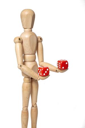 marioneta de madera: marioneta de madera sostiene dados en el fondo blanco con el camino de recortes