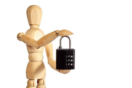 marioneta de madera: marioneta de madera sostiene el pequeño candado en el fondo blanco