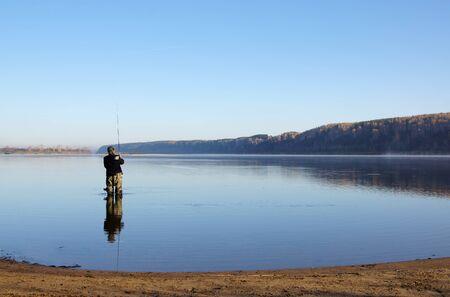 El Pescador Está Pescando En El Río Con Una Gira Fotos, Retratos ...