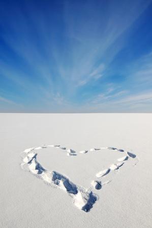 Herz auf dem Schnee Standard-Bild - 12728599